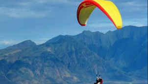 அசத்தல் ஆடையுடன் பாராக்ளிடிங் | Asathal Aadaiyudan Paragliding