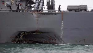 सिंगापूर के पास अमरीकी नौसेना जहाज और तेल टैंकर की टक्कर   US Navy ship and oil tanker collide near Singapore